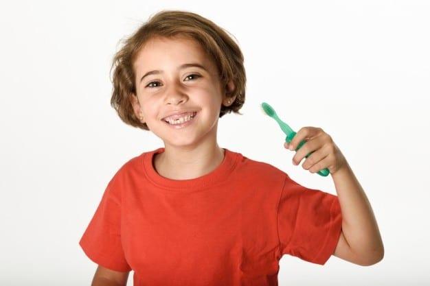nina cuidando su denticion temporal
